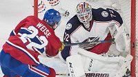 Brankář Columbusu Sergej Bobrovskij zasahuje proti Dalemu Weisovi z Montrealu.