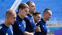 Artem Dzyuba (uprostřed) se svými spoluhráči při rozcvičce před zápasem s Belgií.
