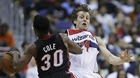 Český basketbalista Jan Veselý zastavuje útok Norrise Coleho z Miami.