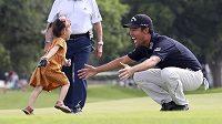 Americký golfista Kevin Na se dočkal vítězství na turnaji ve Fort Worthu. Raduje se s dcerkou Sophií.