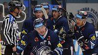 Liberečtí hokejisté se radují z gólu proti Plzni, který vstřelil Petr Vampola (vpředu vlevo).