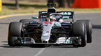 Pilot Mercedesu Lewis Hamilton během tréninku na Velkou cenu Austrálie.