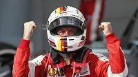 Vettel oslavuje svůj malajsijský triumf.