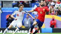Český záložník Ladislav Krejčí (vlevo) v souboji se španělským obráncem Juanfranem během zápasu ME.