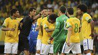 Brazilští fotbalisté protestují proti výroku uzbeckého sudího Ravshana Irmatovova.