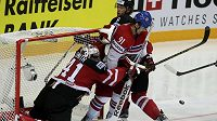 Český hokejista Martin Erat se snaží prosadit před kanadským gólmanem Mikem Smithem (vlevo) v utkání na MS v Praze.