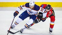 Michael Frolík (67) z Calgary brání talentovaného Leona Draisaitla (29) z Edmontonu.