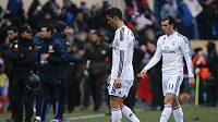 Zklamaní fotbalisté Realu Madrid Cristiano Ronaldo a Gareth Bale (vpravo) odcházejí ze hřiště po výprasku od Atlétika.