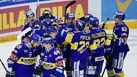 Zlínští hokejisté oslavují vítězství na Spartě.