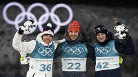 Stupně vítězů. Arnd Peiffer vyhrál. Druhý dojel Čech Michal Krčmář, bronz bral Dominik Windisch. Tak skončil biatlonový sprint na 10 kilometrů v Jižní Koreji.