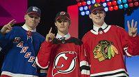 Zleva Kaapo Kakko, Jack Hughes a Kirby Dach. Tři hlavní hvězdy vstupního draftu NHL pro rok 2019.
