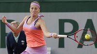 Petra Kvitová v utkání osmifinále French Open s Timeou Bacsinszkou ze Švýcarska.