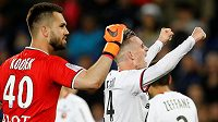 Český gólman Tomáš Koubek slaví se spoluhráči vítězství nad PSG v Parku Princů.