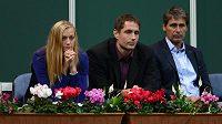 Petra Kvitová, Vítězslav Veselý a Jan Železný sledují zápas Radka Štěpánka s Argentincem Juanem Mónakem.