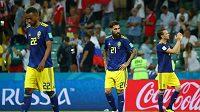 Švédský obránce Jimmy Durmaz (vlevo) po zápase s Německem, v kterém po jeho nedovoleném zákroku v nastaveném čase vstřelili Němci vítězný gól.