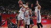 Český basketbalový reprezentant Pavel Pumprla doskočil míč v utkání osmifinálové skupiny proti Řecku na mistrovství světa.