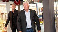 Nový trenér reprezentace Miloš Říha (vpředu) a generální manažer hokejové reprezentace Petr Nedvěd.