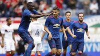 Andreas Pereira (třetí zprava) z Manchesteru United oslavuje gól v přípravě proti Wiganu.