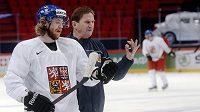 Útočník Jakub Voráček s trenérem Aloisem Hadamczikem na prvním tréninku po příletu do dějiště hokejového mistrovství světa.