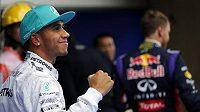 Jezdec stáje Mercedes Lewis Hamilton se raduje ze své třetí pole position v sezóně.