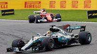Pilot Mercedesu Lewis Hamilton v akci při Velké ceně Belgie F1. V pozadí Ferrari Sebastiana Vettela.
