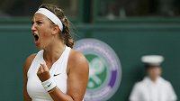 Běloruská tenistka Viktorie Azarenková ve čtvrtfinále Wimbledonu.