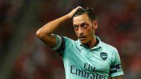 Hvězda Arsenalu Mesut Özil v přípravném duelu proti PSG.