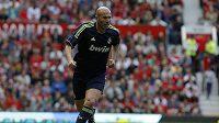 Zinedine Zidane v dresu Realu Madrid během zápasu legend.