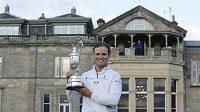 Američan Zach Johnson s trofejí pro vítěze British Open.