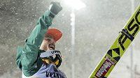 Německý skokan na lyžích Richard Freitag oslavuje vítězství ve švýcarském Engelbergu.