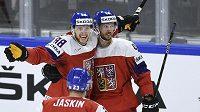 Čeští hráči (zleva) David Pastrňák, Dmitrij Jaškin a David Krejčí se radují z gólu proti Rusku.