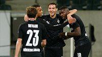 Radost v podání fotbalistů Borussie Mönchengladbach. Marcus Thuram slaví se spoluhráči vstřelený gól do sítě Realu Madrid v Lize mistrů.