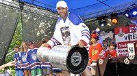 Hokejový obránce Michal Rozsíval představil ve Vlašimi Stanleyúv pohár, který získal s klubem NHL Chicago Blackhawks.