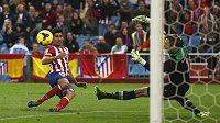 Útočník Diego Costa z Atlétika Madrid dává gól v ligovém utkání proti Betisu.