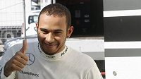 Spokojené gesto Lewise Hamiltona při testech v Barceloně.