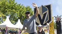 Obránce Vegas Deryk Engelland (na snímkuú bude hrát i nadále v týmu také s Colinem Millerem, který podepsalnovou čtyřletou smlouvu.