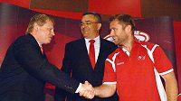 Útočník Jaroslav Bednář (vpravo) podepsal novou smlouvu s HC Slavia. Uprostřed je šéf Slavie Richard Benýšek, vlevo spolumajitel klubu Vladimír Pitter.