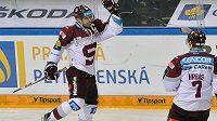 Útočník Sparty Jaroslav Hlinka se raduje z gólu proti Zlínu. Vpravo je sparťanský obránce Marek Hrbas.