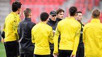 Trenér Dortmundu Lucien Favre (v kšiltovce) během tréninku před utkáním základní skupiny Ligy mistrů se Slavií, ilustrační foto.
