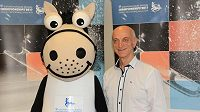 Prezident organizačního výboru mistrovství Evropy Stanislav Žídek představuje maskota akce.