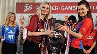 Sparta, nebo Plzeň!? To je kardinální otázka, která provází novou trofej pro vítěze Gambrinus ligy.