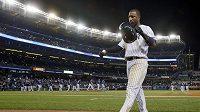 Baseballista Yankees Eduardo Nunez odchází smutný z hrací plochy.