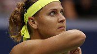 Lucie Šafářová kouká na ukazatel skóre při utkání se Simonou Halepovou z Rumunska.