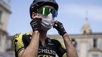 Ani rouška nepomohla...Simon Yates je prvním nakaženým cyklistou na Giru.