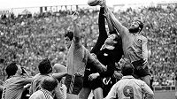 Ragbyová legenda Nového Zélandu Andy Haden (druhý zprava) podlehl rakovině.