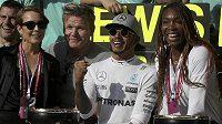 Lewis Hamilton měl v Austinu velkou podporu fanynek a fanoušků. Po jeho levici je americká tenistka Venus Williamsová, vpravo se usmívá britský šéfkuchař Gordon Ramsey.