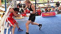 Boxerka Fabiána Bytygi v ringu. Zrovna drtí.