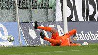 Brankář Opavy Vilém Fendrich inkasuje gól z penalty.