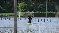 Údržbář Viktorie Plzeň obhlíží zaplavené tréninkové hřiště a zázemí v plzeňské Luční ulici.