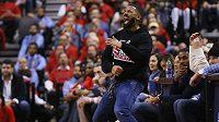 Kanadský herec a zpěvák Drake se vysmívá u palubovky jednomu z hráčů Milwaukee Bucks kvůli tomu, že netrefil trestný hod v semifinálové sérii s Toronto Raptors.